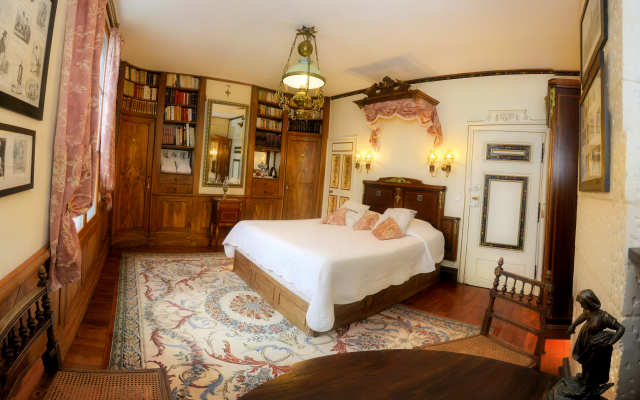 bed & breakfast room ' Balzac's Library ' argentier du roy